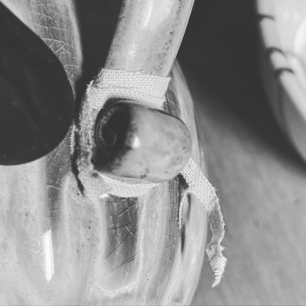 Tasse repariert mit gintsugi – Henkel Detail