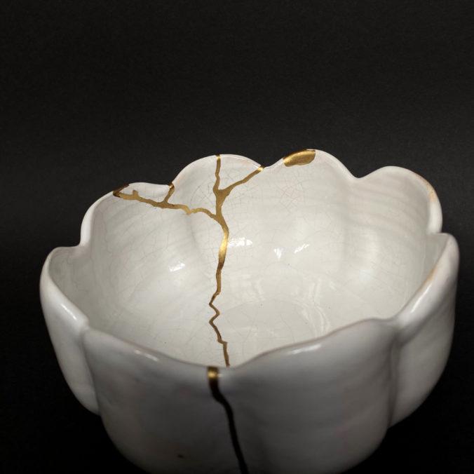 weiße Kintsugi-Schale - goldene Nähte - Wellenrand bowl-white-gold
