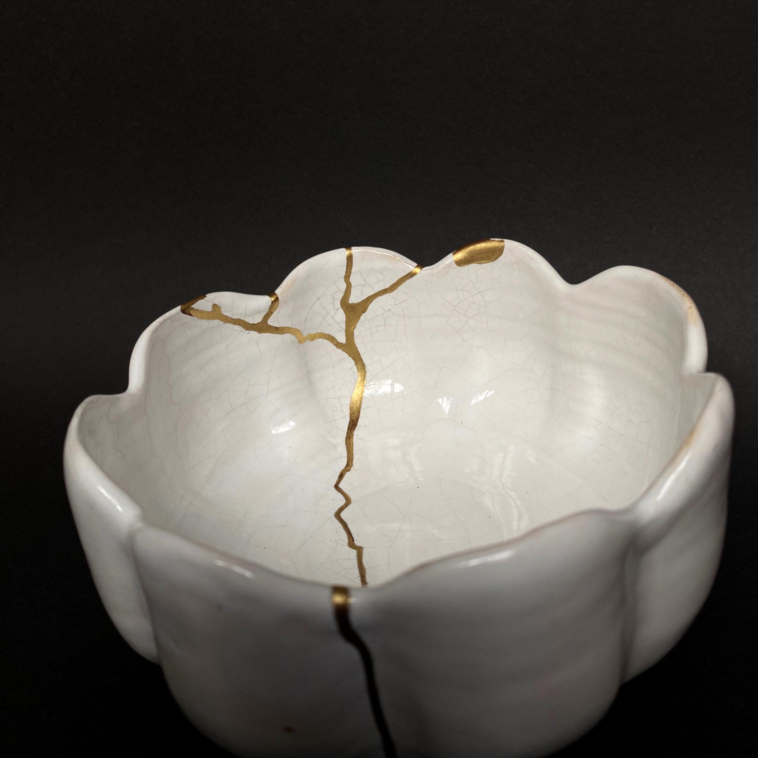 Weiße Schale mit Wellenrand kintsugi-gold