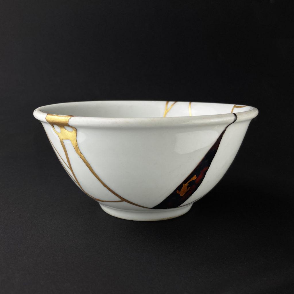Weiße Schale restauriert mit kintsugi (Gold) und yobitsugi (Holz) Seitenansicht