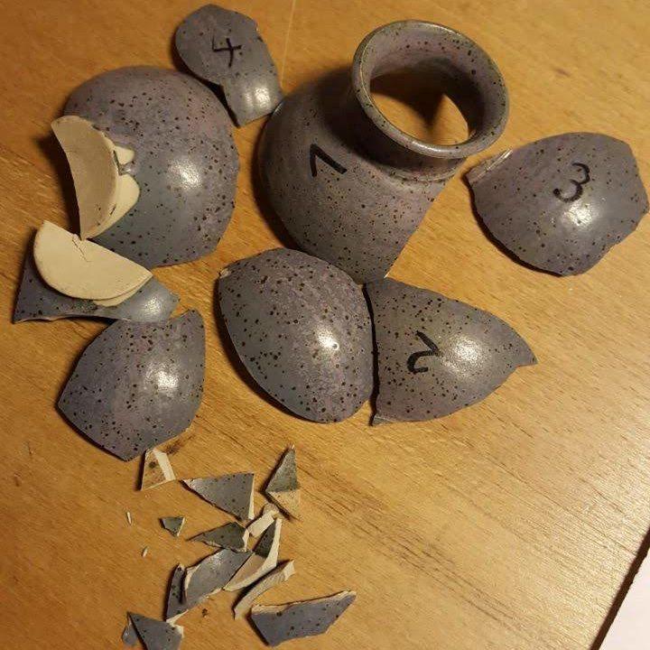 Blaue Vase in Scherben vor der kintsugi-Restaurierung