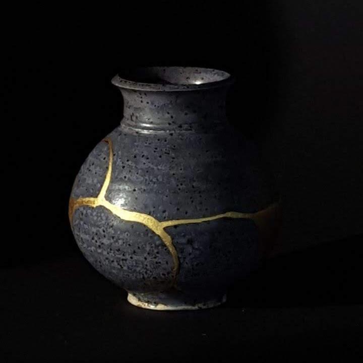 blaue Vase mit kintsugi und goldenem Relief auf der Rückseite